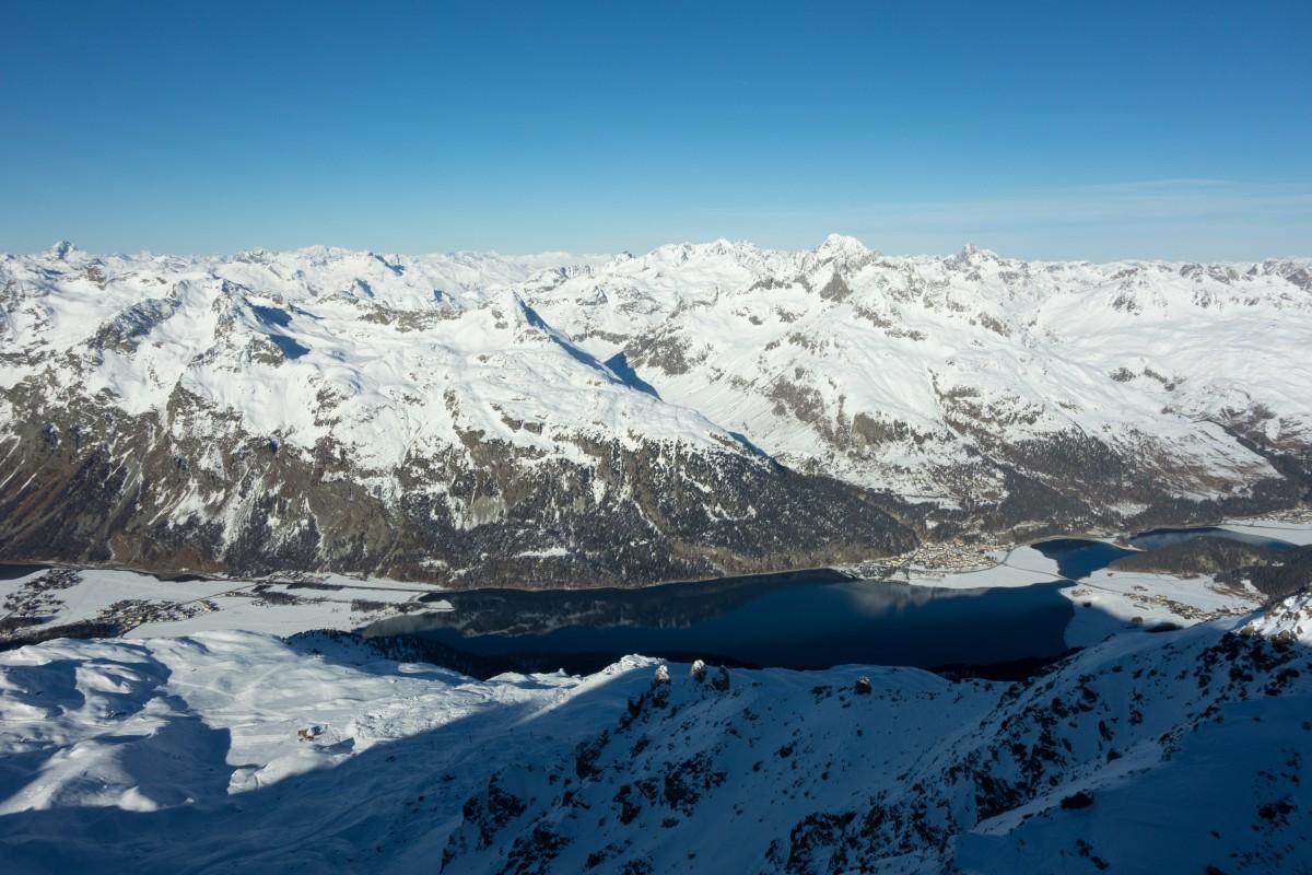Ausblick vom Piz Corvatsch auf das verschneite Engadin