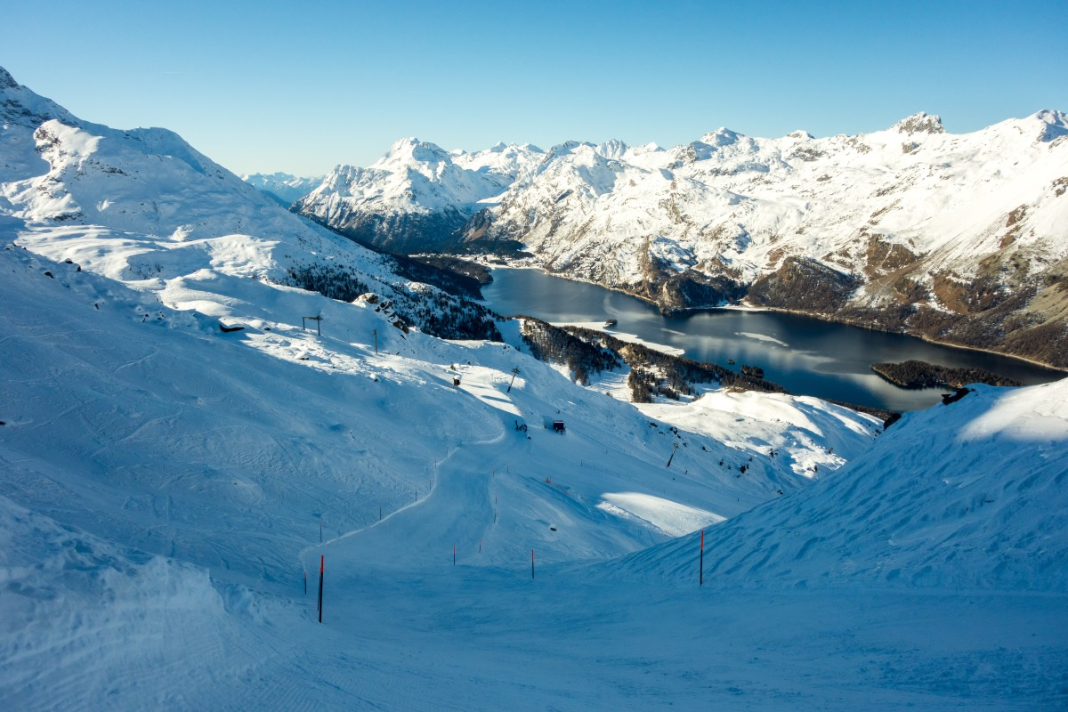 Skipiste im Skigebiet Furtschellas mit Blick Richtung Malojapass