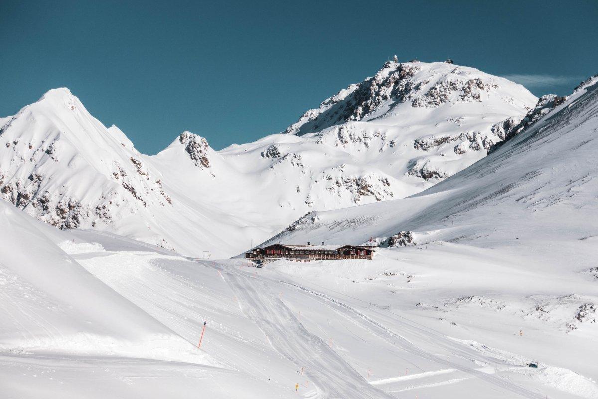 Bergrestaurant Strelapass mit der Weissfluh im Hintergrund
